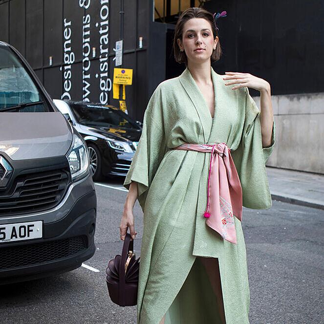 Eine Frau im Streetstyle-Look mit Kimono