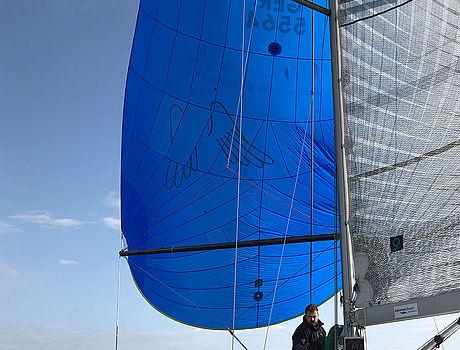 Ein geöffnetes Segel eines Segelschiffes während der Fahrt