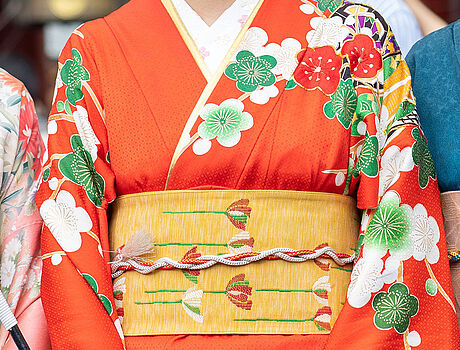 Frauen in traditionellen Kimonos