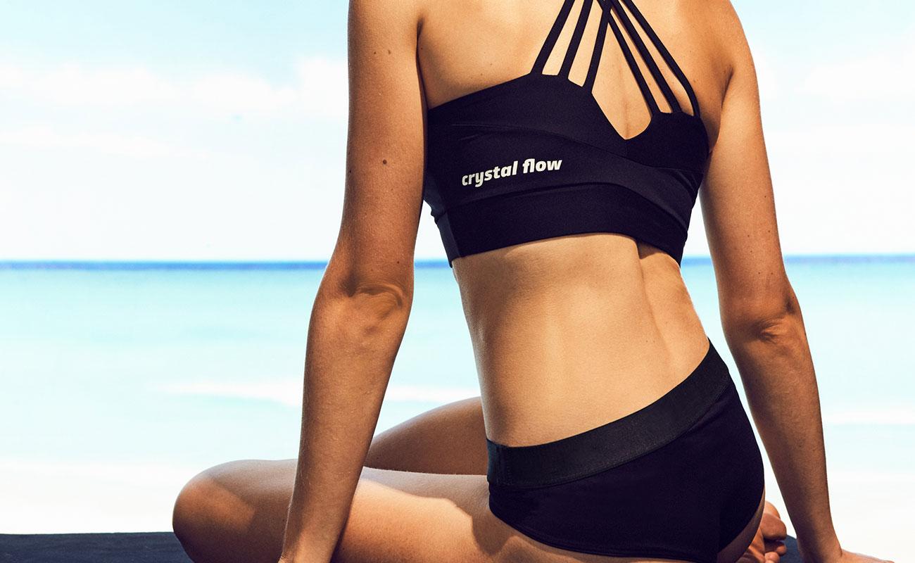 Frau mit schwarzem Bikini am Strand