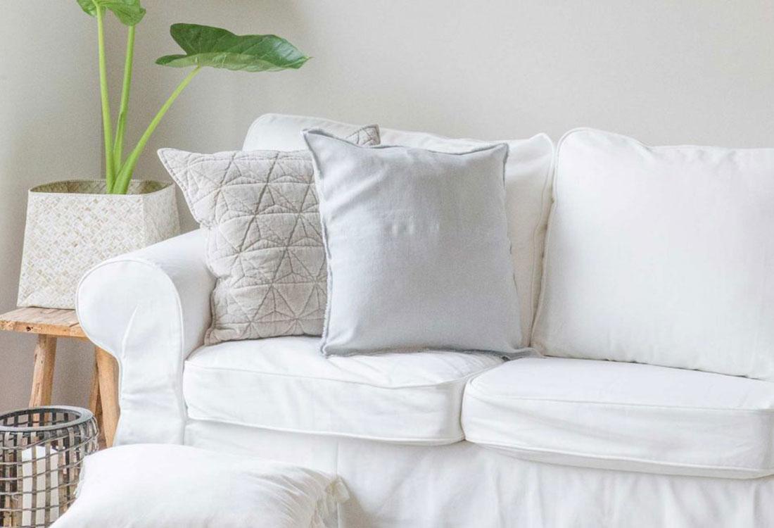 Helle Kissen auf einem weißen Sofa