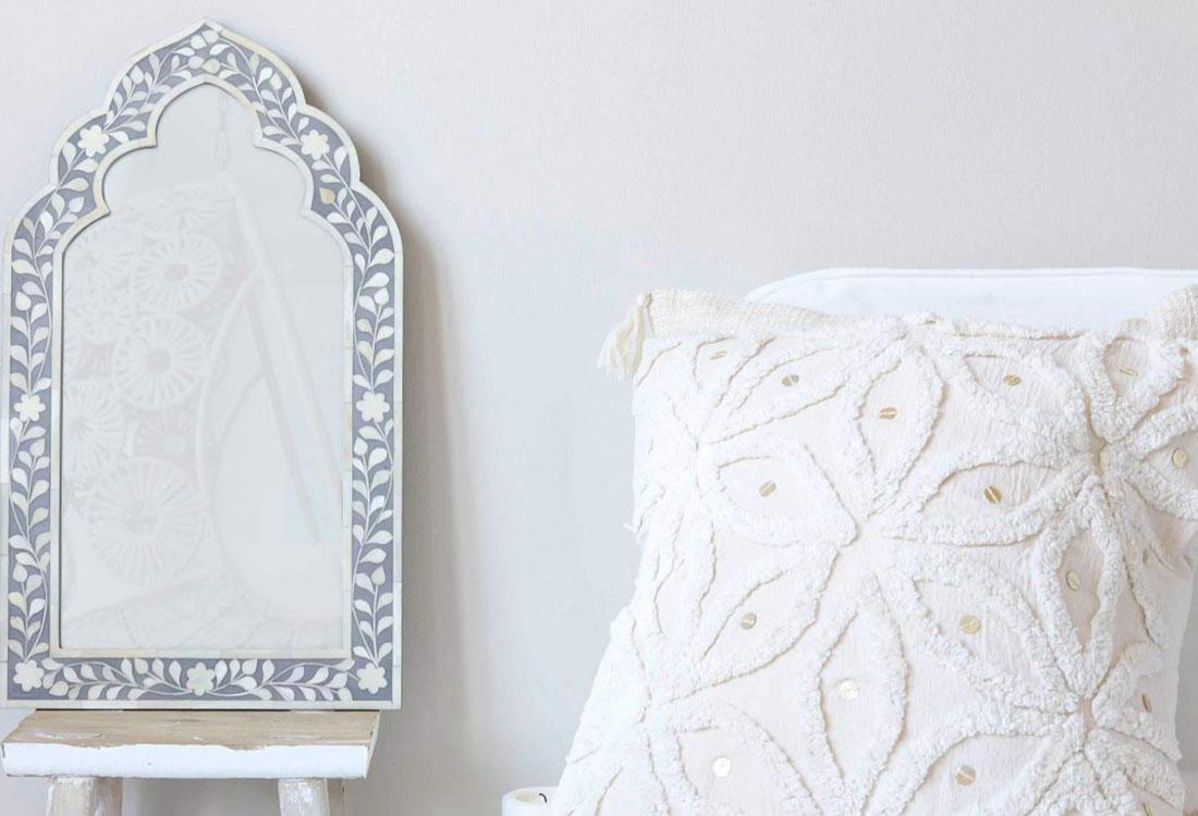 Weißes orientalisches Kissen auf einem weißen Sessel
