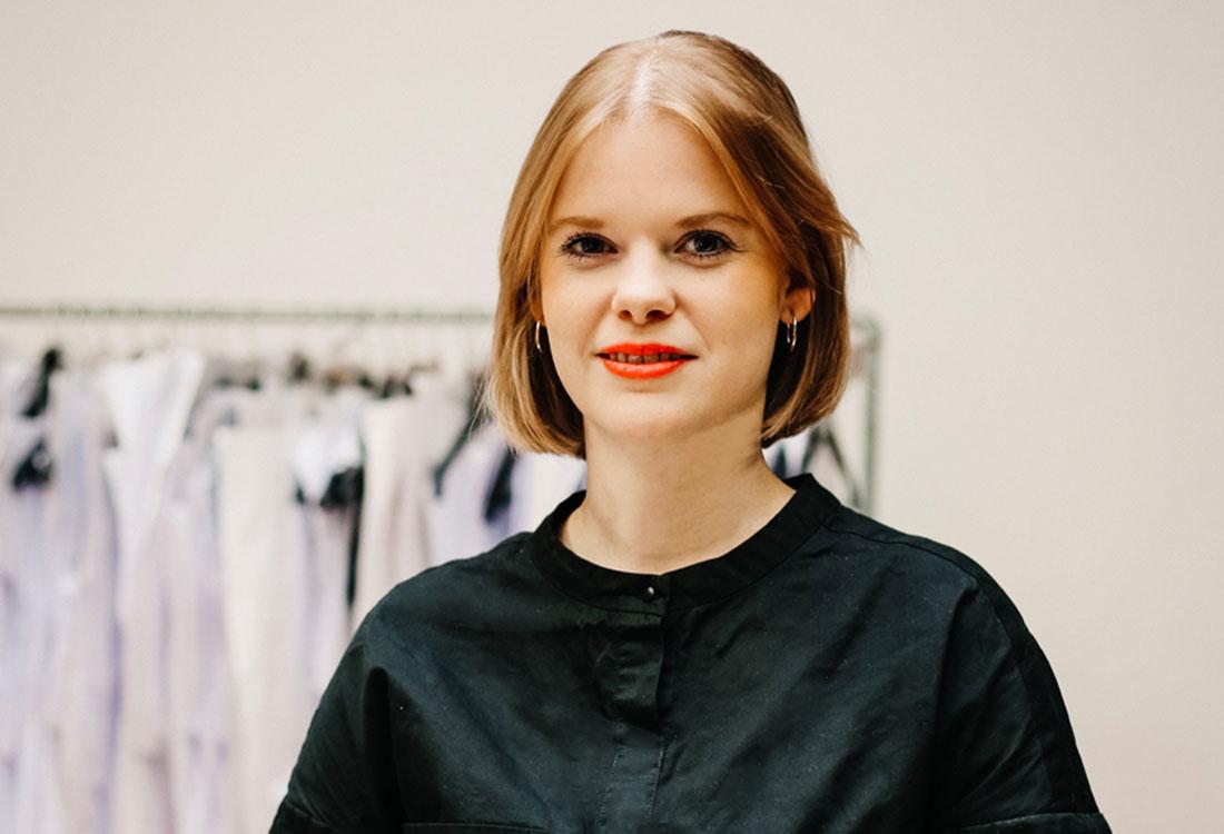 [Translate to Englisch:] Portrait von Sarah Kürten, Geschäftsführerin und Gründerin von Wiederbelebt