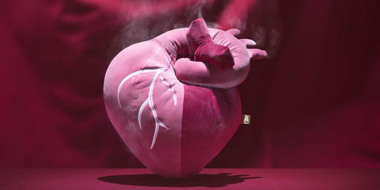 Flauschiges Kissen in Form eines Herzens