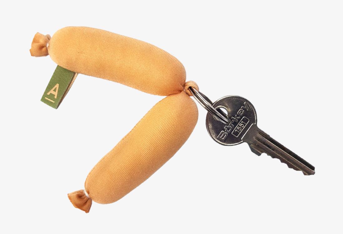 Handgenähter Schlüsselanhänger in Form einer Wurst