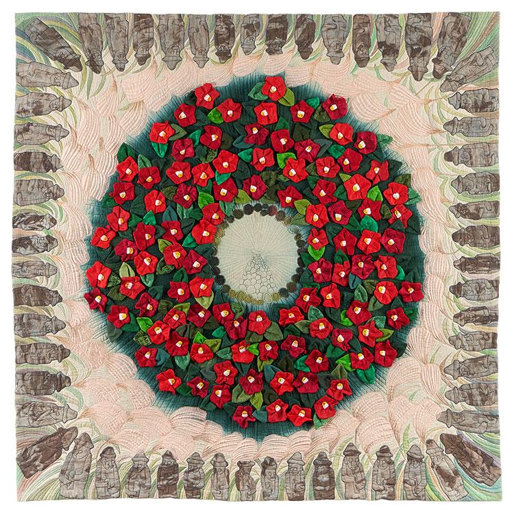 """[Translate to Englisch:] Kunst-Quilt: """"Jeju, the island of peace"""", Kreis aus roten Blüten von Ähren umgeben mit braunen Figuren am Rand"""