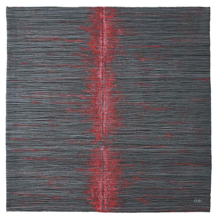 """[Translate to Englisch:] Kunst-Quilt """"Cut"""": grau mit roten Fasern und horizontalem, rotem Cut"""