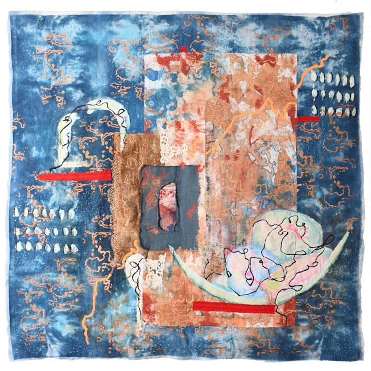 """[Translate to Englisch:] Kunst-Quilt: """"It isn't easy but..."""" rot, grau und orangene Elemente auf blauer Fläche"""