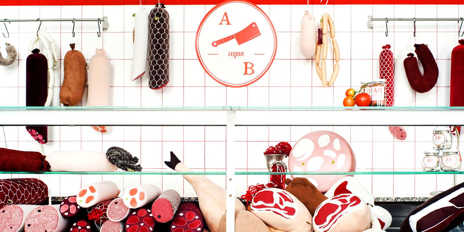 [Translate to Englisch:] Metzgereitheke mit Würsten und Fleischprodukten aus Stoff vom Label Aufschnitt